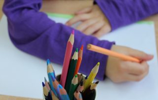 niño pintando con lápices