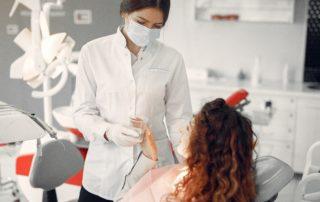 Dentista atiende a una paciente.