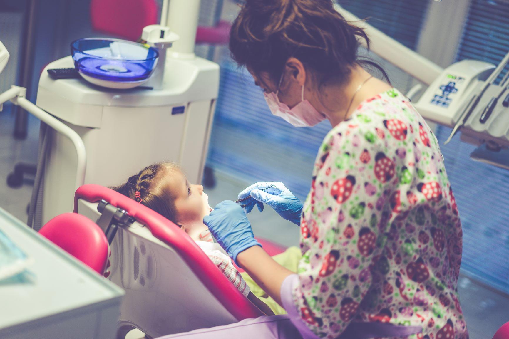Niña en la consulta de la dentista.